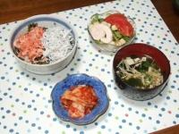 5/24 夕食 桜えび&しらす丼、サラダ、キムチ、豆腐と干しエノキの味噌汁