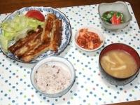 5/25 夕食 棒餃子、もずく酢、キムチ、玉ねぎと油揚げと干しエノキの味噌汁、雑穀ごはん
