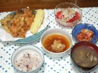 5/26 夕食 桜えびのかき揚げ、天ぷら、トマトサラダ、キムチ、玉ねぎと油揚げと干しエノキの味噌汁、雑穀ごはん
