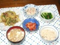 5/28 夕食 豚肉とジャガイモのカレー炒め、こんにゃくの白和え、きゅうりの浅漬け、キムチ、豆腐とえのきの味噌汁、鯛めし