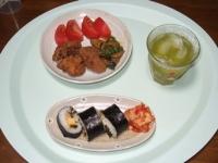 5/31 夕食 鶏の唐揚げ、トマト、ナスとピーマンの味噌炒め、キムチ、太巻き、冷緑茶