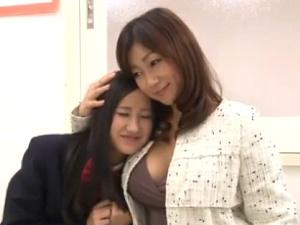 女子校生の娘と美熟女巨乳母の母子親子丼 [宮部涼花] アダルト動画