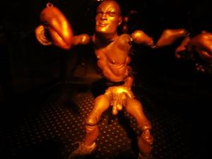 踊る男根人形