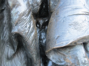 女神像の襞に隠れているフクロウ