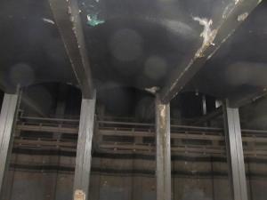 地下鉄構内の木製の柱