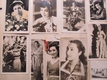 船内に貼られた日本の女優たちのプロマイド