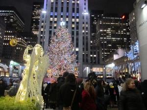 電飾されたクリスマスツリーとGEビル