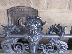 騎士とドラゴンの彫刻
