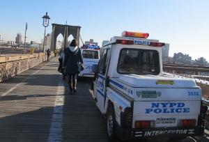 ブルックリン橋に止まっているパトカー