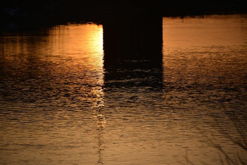 夕暮れ時の川面-4
