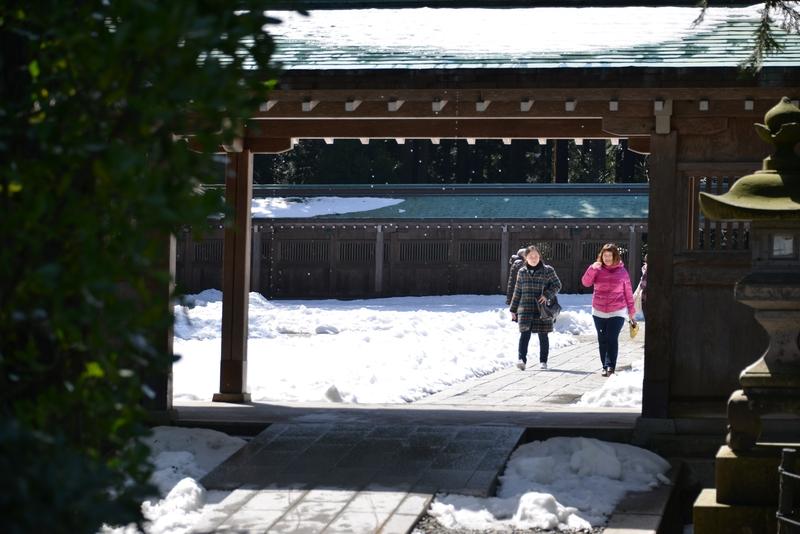 雪の残る神社-2