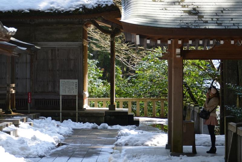 雪の残る神社-3