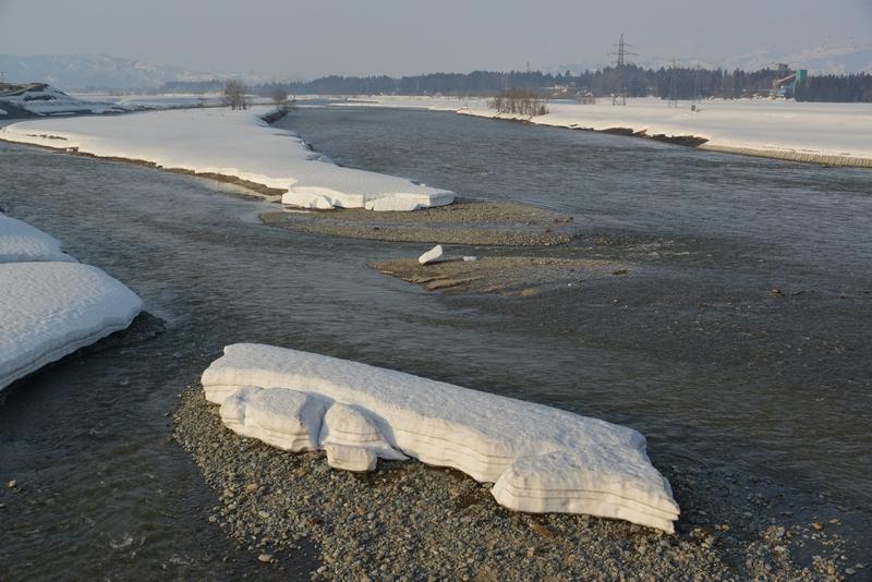 雪解け進む川-1