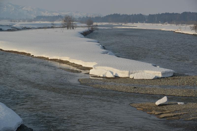 雪解け進む川-2