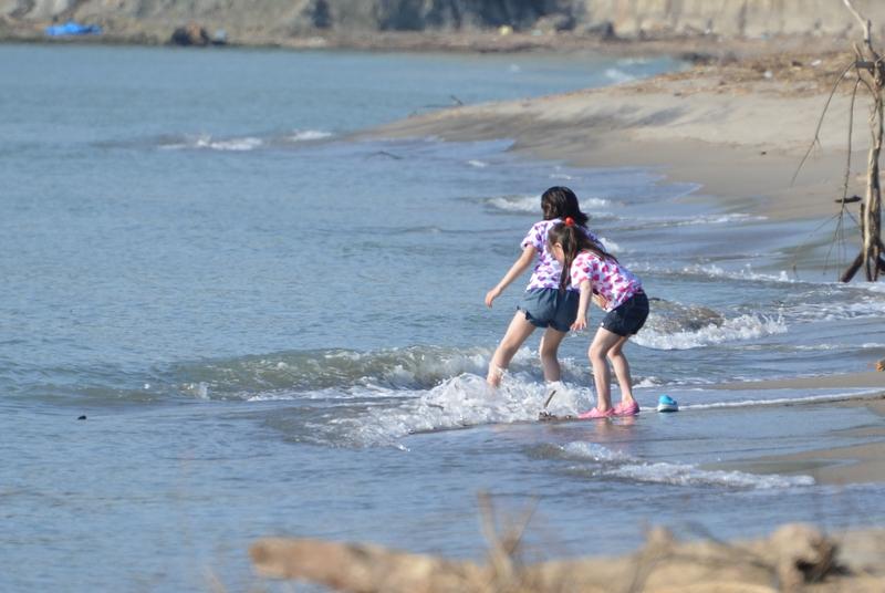 休日の浜辺-2