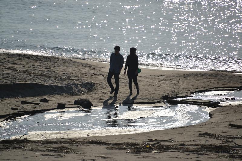 休日の浜辺-3