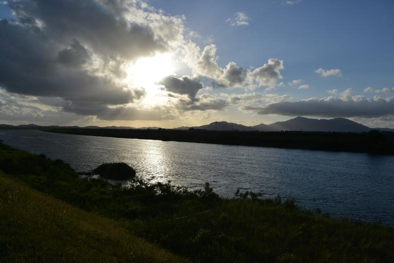 川と空と夕陽と-1
