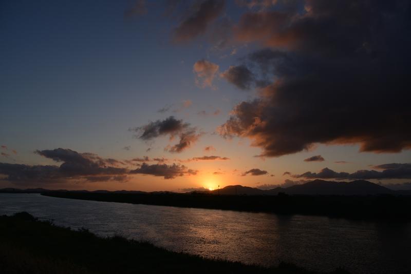 川と空と夕陽と-2