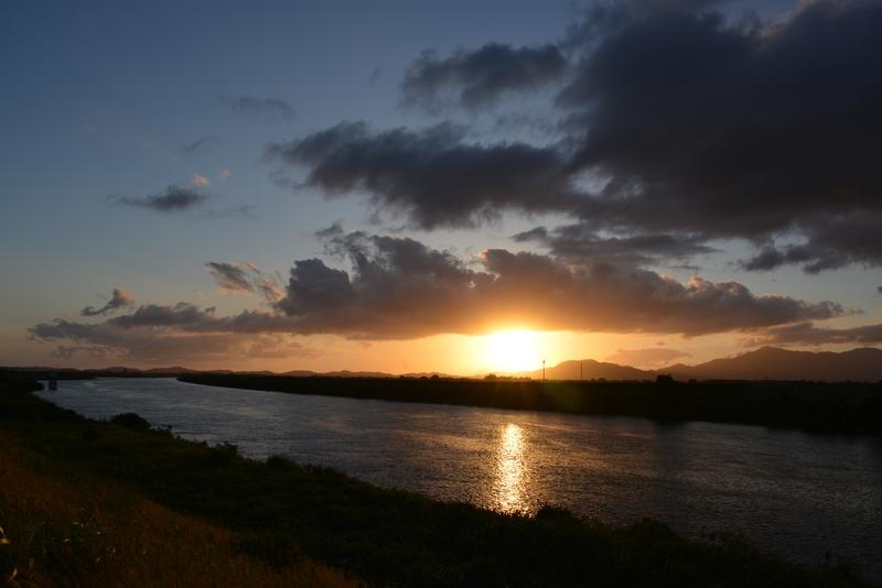川と空と夕陽と-4