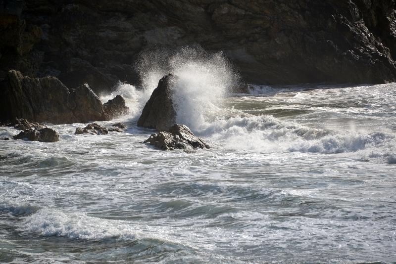 岩と波と-2