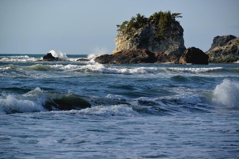岩と波と-4