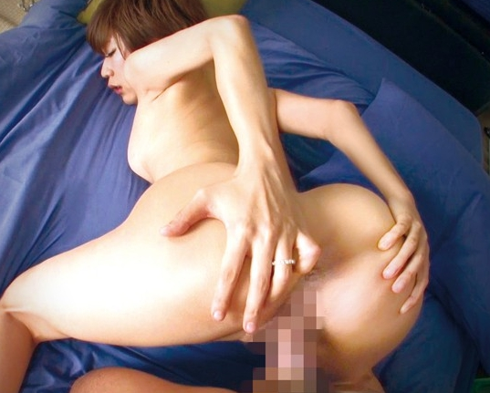 34歳の淫乱妻が熟練されたフェラと黒パンストの足コキ責めの脚フェチDVD画像5