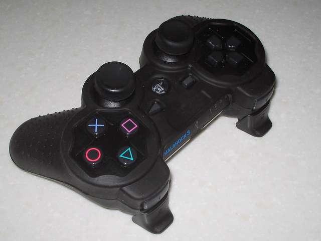 BeryKoKo PlayStation3 DUALSHOCK3 対応 ゴムカバーを DUALSHOCK3 に装着後、アナログスティックと L・R ボタンアタッチメントを装着、L・R ボタン側画像