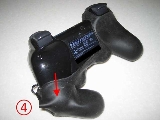 BeryKoKo PlayStation3 DUALSHOCK3 対応 ゴムカバー を DUALSHOCK3 に装着作業、コントローラー右側持ち手をゴムカバーの中に入れる(4)。この時最後まで奥深く入れず画像の位置くらいまでにとどめておく