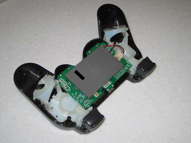 DS3 Dualshock3 デュアルショック3 Wireless Controller Black CECHZC2J A1 誤作動対策(Random Button Error Fix)、コントローラー本体下部プラスチックカバーのネジを取り外してリチウムイオンバッテリーが見える状態にする