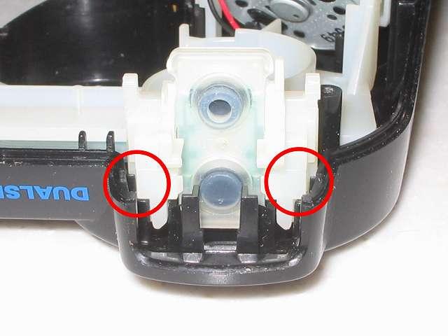 DS3 Dualshock3 デュアルショック3 Wireless Controller Black CECHZC2J A1 組み立て作業、コントローラー本体に電子回路基板(+フレキシブル基板+基板固定用白いプラスチック台座)を取り付けた後、L・R ボタン固定用白いプラスチック台座がプラスチックカバー(黒)にセットされたところ