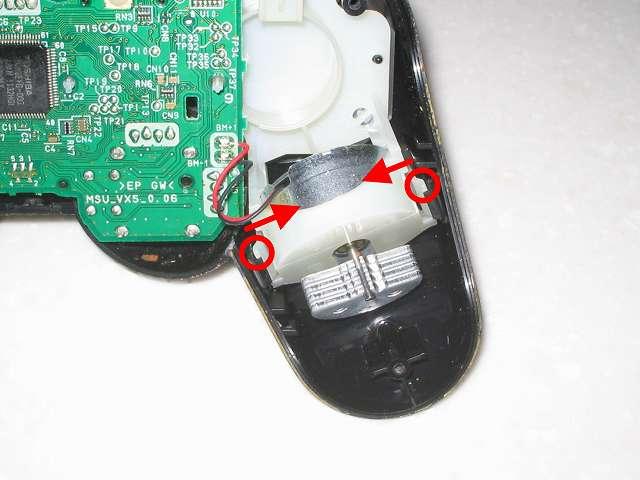 DS3 Dualshock3 デュアルショック3 Wireless Controller Black CECHZC2J A1 分解作業、振動モーターをつまみ少し上に持ち上げる状態で、コントローラー持ち手左側の基板固定用白いプラスチック台座のツメ 2 ヶ所を内側につまむ