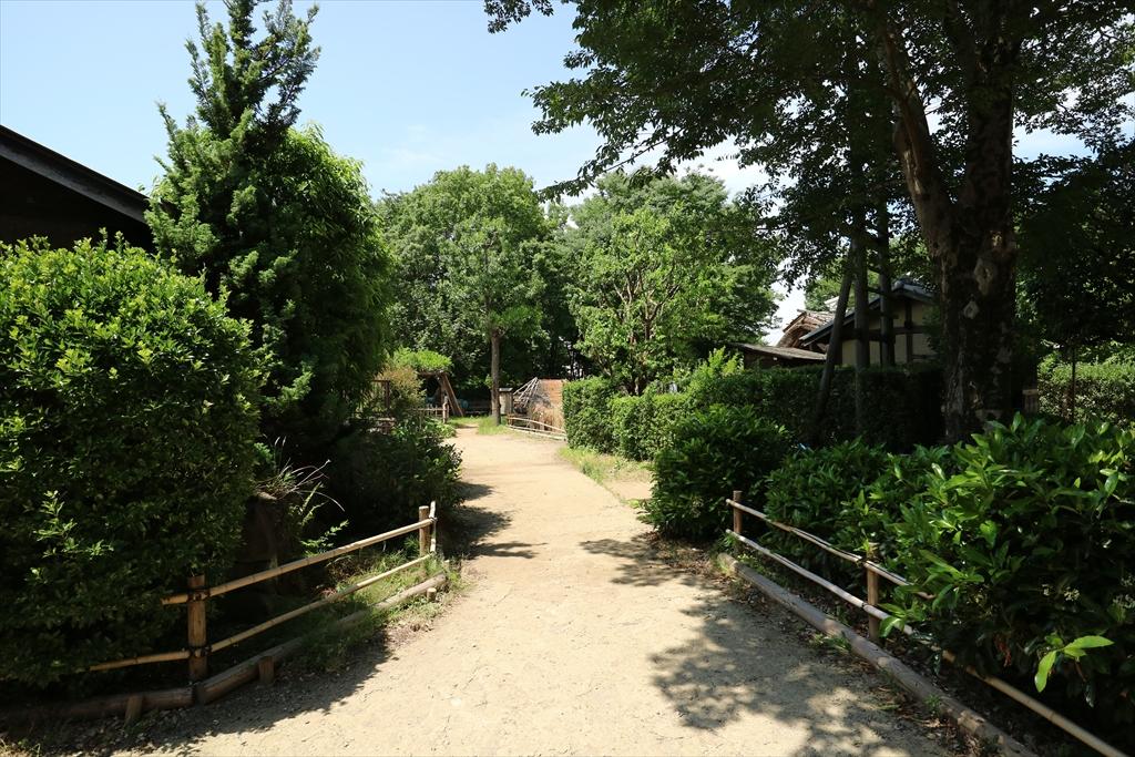 旧谷岡家表門を出て鍛冶屋の作業場などが展示してある一画に向かう小道