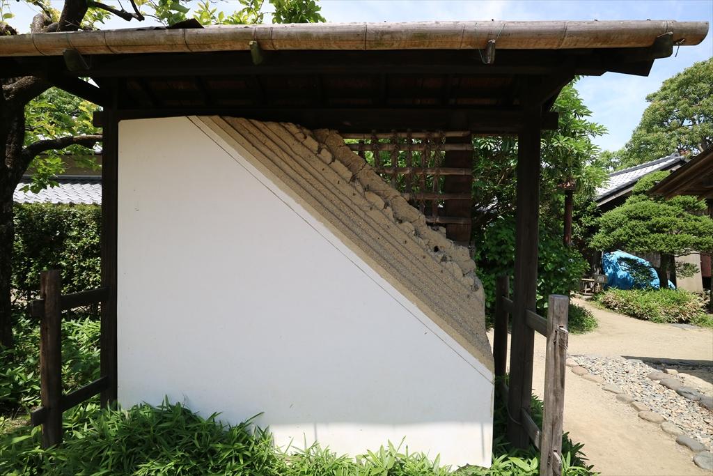 庭には家屋のカットモデルが_1