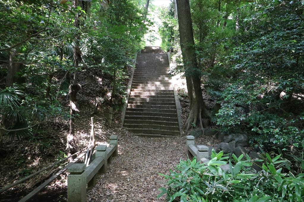 岩崎家の玉川廟に向かうべく、階段をあがる_1