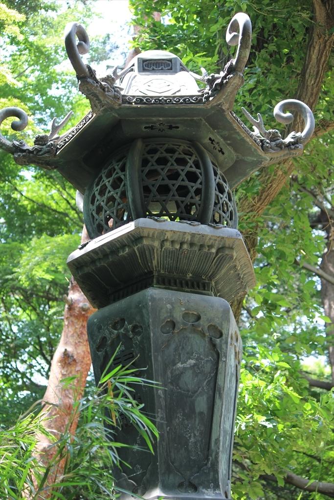 階段を上がった先には立派な灯籠が一対_3