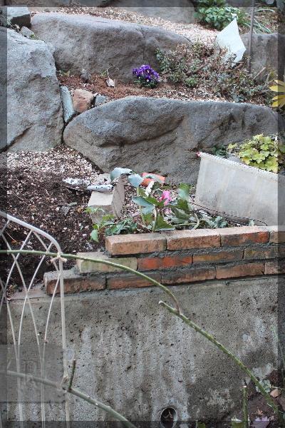 DIY 庭づくり 擁壁下 花壇 20150124 擁壁上レンガ積み 土留