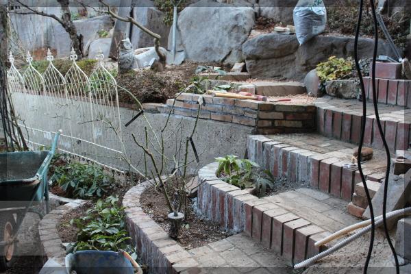 庭づくり DIY 階段下 花壇 踏みづら 20150215