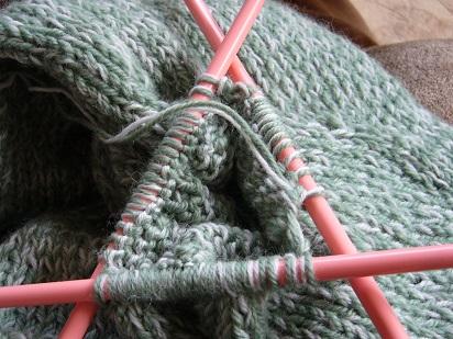 袖編み始めた♪