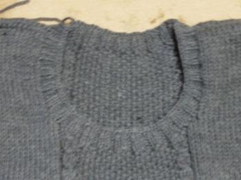 グレーのセーター襟ぐり