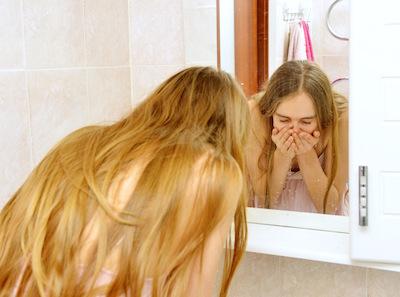 洗面台で顔を洗う一般女性
