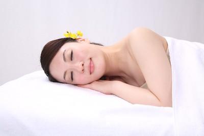 眠る一般女性