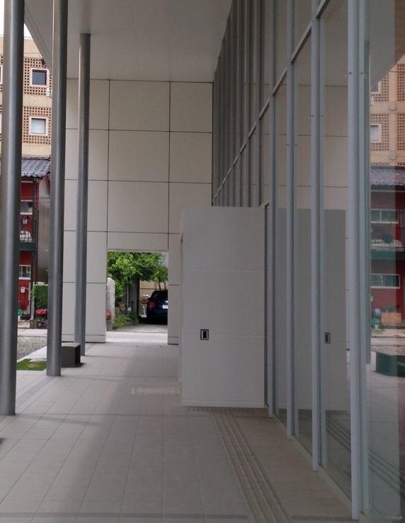 入口に向かうファサード部分