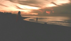 海を歩く二人