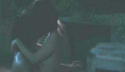 キスするユリ