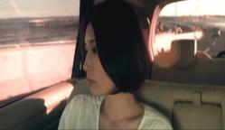 タイのバリ市内のタクシーに乗っているユリ