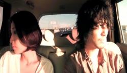 タクシーの中にいるユリと千紘