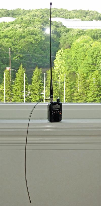 ナテックの144/430MHz帯ハンディ機用ホイップアンテナ「HS3000A」。軟らかい「アドオンラジアル」を取り付けて、ダイポールアンテナとして動作させることが可能。出張受信時の感度アップや移動運用時の飛距離向上に便利!