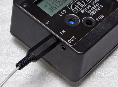側面には無線機と接続する「IN」、外部スピーカー/イヤホン用の「OUT」がある
