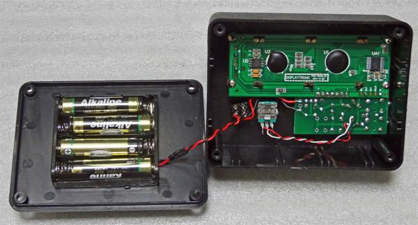 CWD2014の内部。単4電池×4本を使用する
