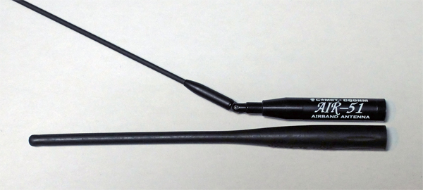 広帯域受信機に付属のアンテナ(写真下)はさまざまな周波数の受信を考慮した設計になっている。受信したい周波数が決まっている場合は、専用アンテナのほうが感度アップが期待できる